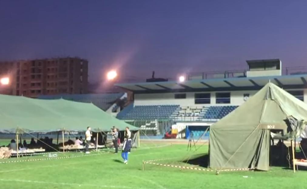 Të strukur në stadiumin e Durrësit  mbrëmja i gjen banorët sërish jashtë