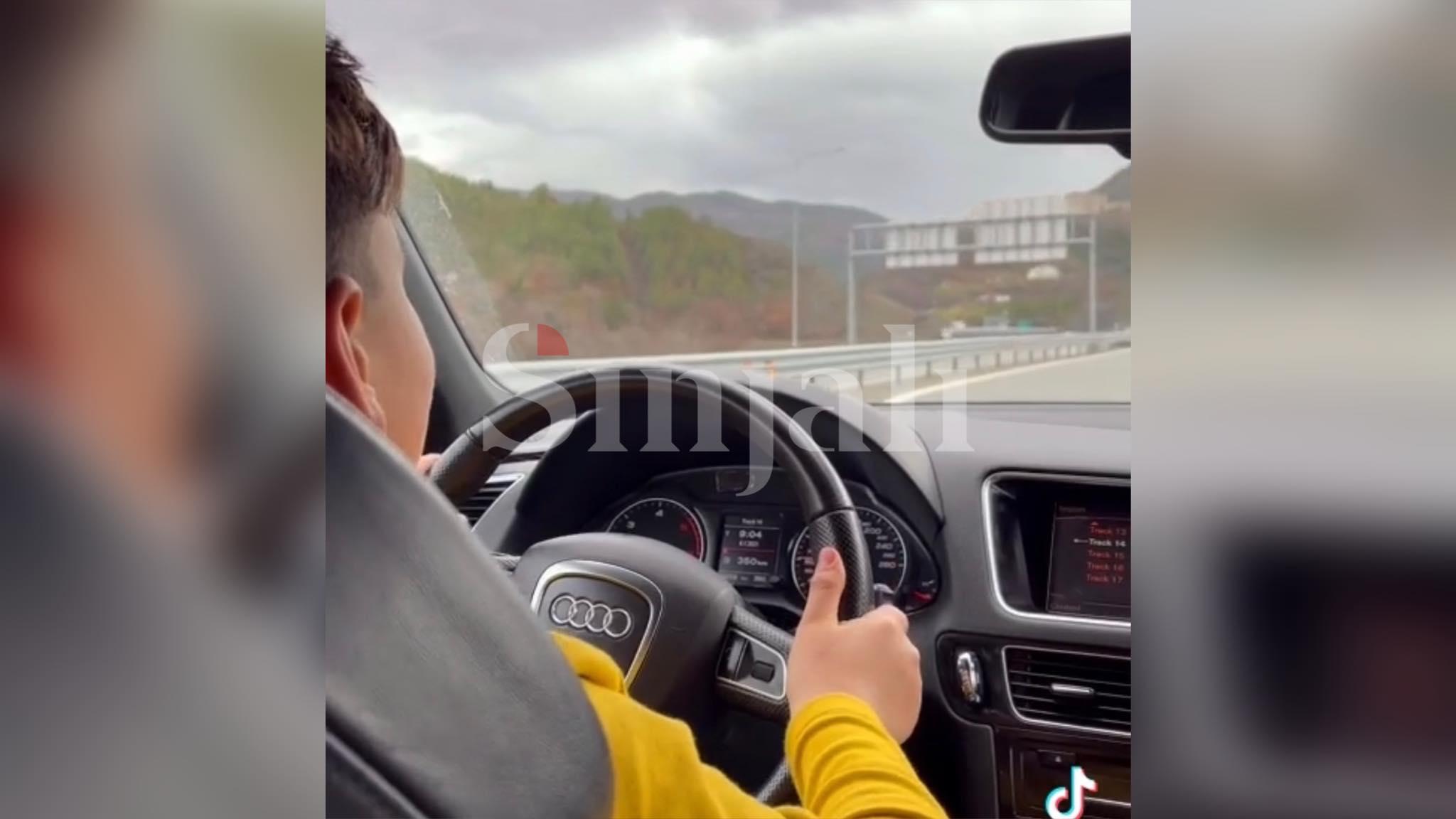 Çmenduri: Vogëlushi 10-vjeçar ia shkel në autostradë, rrezikon shoferët e tjerë